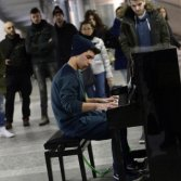 Sempre più stazioni italiane hanno il loro pianoforte pubblico: ora anche a Torino