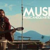 Alessio Bondì suona nei quartieri spagnoli di Napoli