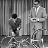 Il video in cui Frank Zappa suona una bicicletta in tv