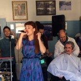 Suonare in lavanderia, dal barbiere o in un sexy shop: il tour secondo i Moseek