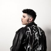 Izi annuncia un nuovo disco con featuring di Fabri Fibra, Tedua, Caneda e molti altri