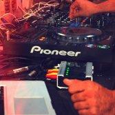Il DJ suona esattamente come te