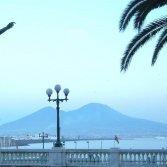 Il lungomare di Napoli, con il Vesuvio sullo sfondo