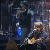 Cristiano e Fabrizio De André assieme sul palco del teatro Brancaccio, 1998