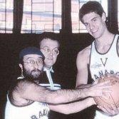 """Lucio Dalla, coach Alberto Bucci e Gus Binelli della Virtus Bologna in uno storico servizio di """"Giganti del basket"""" del 1983"""