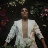 Serena Brindisi, aka Lyre, all'inizio del video di Broken Flowers