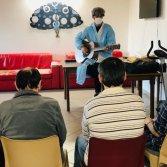 Giovanni Facelli suona durante un laboratorio musicale in una comunità