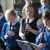 scuola, musica in classe flauto dolce