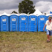 Un'azienda francese trae energia elettrica dai bagni chimici dei festival