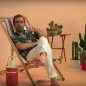 nuovo brano, Un'immagine del video di Aiuta un danese di Colapesce