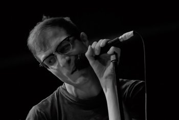 Il live report del concerto a Bologna: coriandoli e polaroid con Testaintasca, Cosmo e I Cani