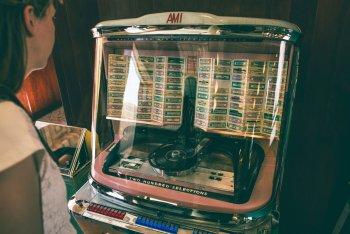Il jukebox del bar luce, alla fondazione prada