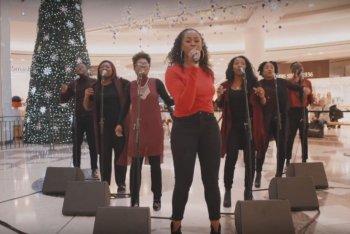 """Un'immagine del video di """"Love's Not Just For Christmas"""""""