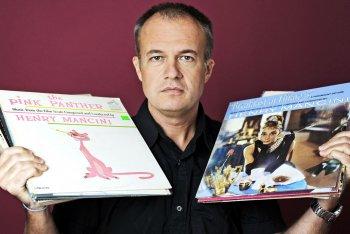 Maurizio Blatto con alcuni suoi dischi del cuore