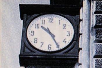 L'orologio della stazione di Bologna, divenuto il simbolo della strage - foto via Flickr