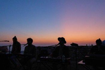 Inude in concerto sui tetti di Cisternino