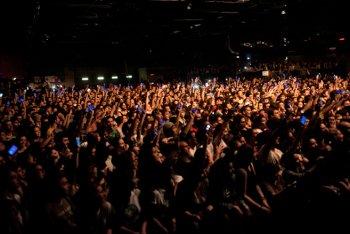 Il pubblico dell'Alcatraz di Milano, quando ancora ci si poteva ammassare sotto il palco - foto di Starfooker