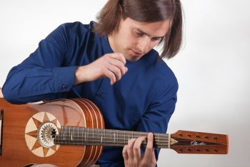 Marcello De Carolis con la sua chitarra battente
