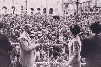 Secondo Casadei e la sua orchestra al concerto del 1 maggio nel 1968 a Forli in piazza Saffi - foto via Fb Edizioni Musicali Sonora Casadei
