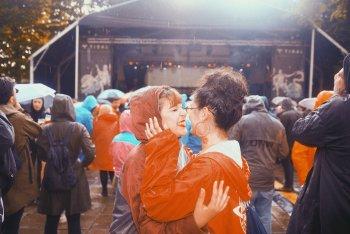 Qualche MI AMI fa con la pioggia, le mantelline e senza distanze - foto Silvia Violante Rouge