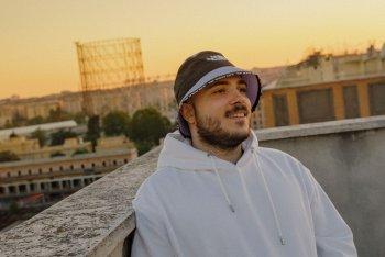Esseho aka Matteo Montalesi. Sullo sfondo il Gazometro, uno dei simboli di Roma. Foto di Ilaria Ieie