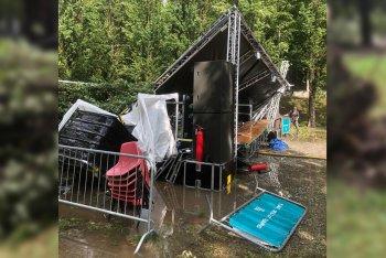 Il palco distrutto dall'albero caduto al Ginzburg Park Festival di Torino