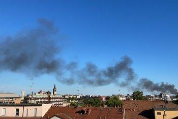 La colonna di fumo visibile a km di distanza, foto dell'autore