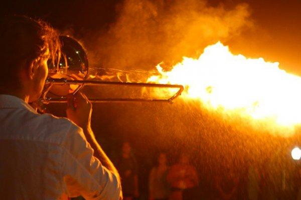 Questo musicista ha inventato un trombone che sputa fiamme / News