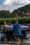 Alessandro Martire al pianoforte e Naiad con la sua arpa - The Floating Moving Concert 2021 sul Lago di Como - foto di Alessandro Farigu